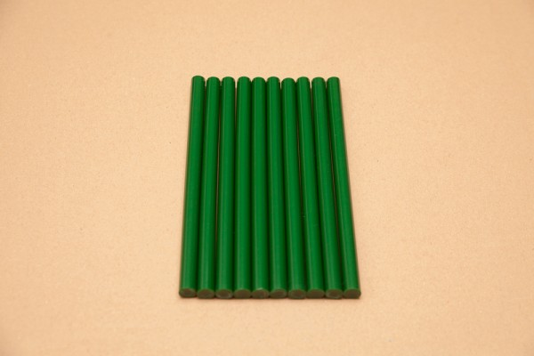 Grüne Klebesticks für die Heißklebepistole